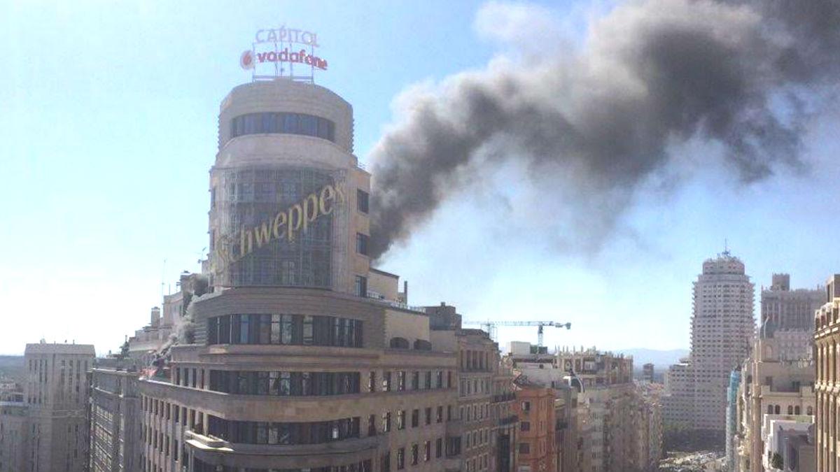 Columna de humo en el edificio Capitol (Foto: Infoemergencias).