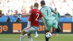 Cristiano en el momento que hizo el gol de tacón. (Reuters)
