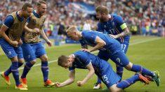 Bödvarsson anotó el gol que da el pase a octavos a Islandia. (Reuters)