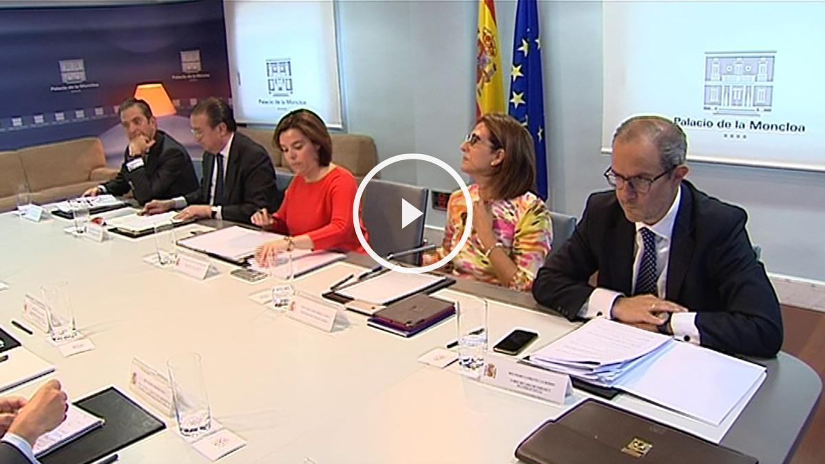 Sáenz de Santamaría presidiendo el gabinete de crisis para seguir el referéndum británico. (Foto: Moncloa)