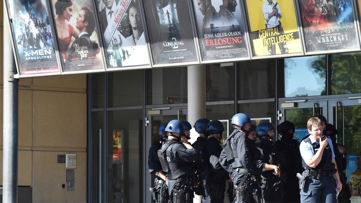 Policías alemanes en el exterior de un cine donde se produjo un tiroteo recientemente  (Foto: AFP).