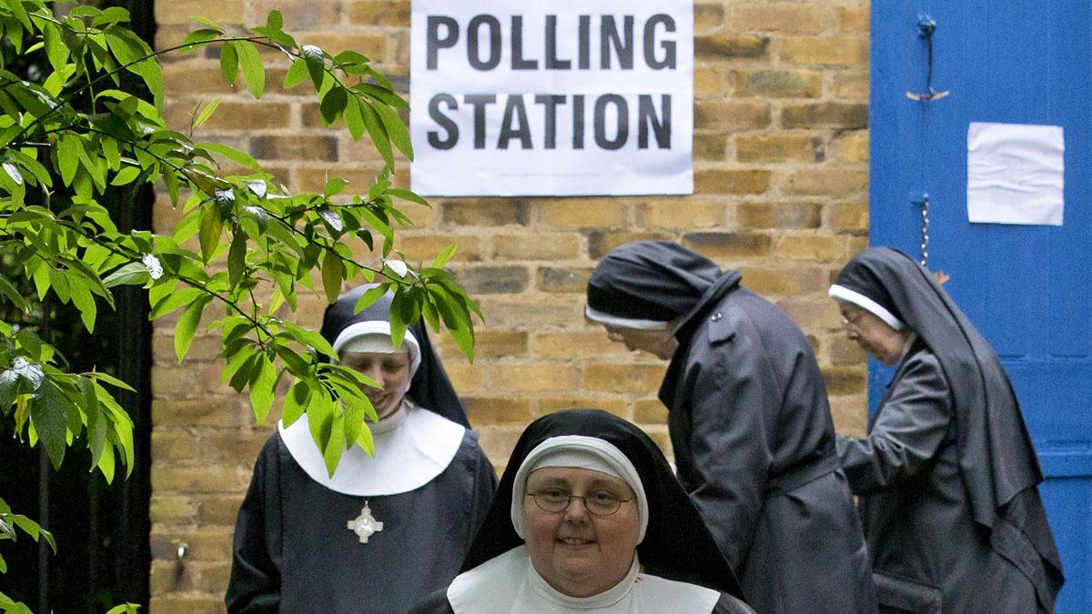 Monjas votando en el referéndum. (Foto: AFP)