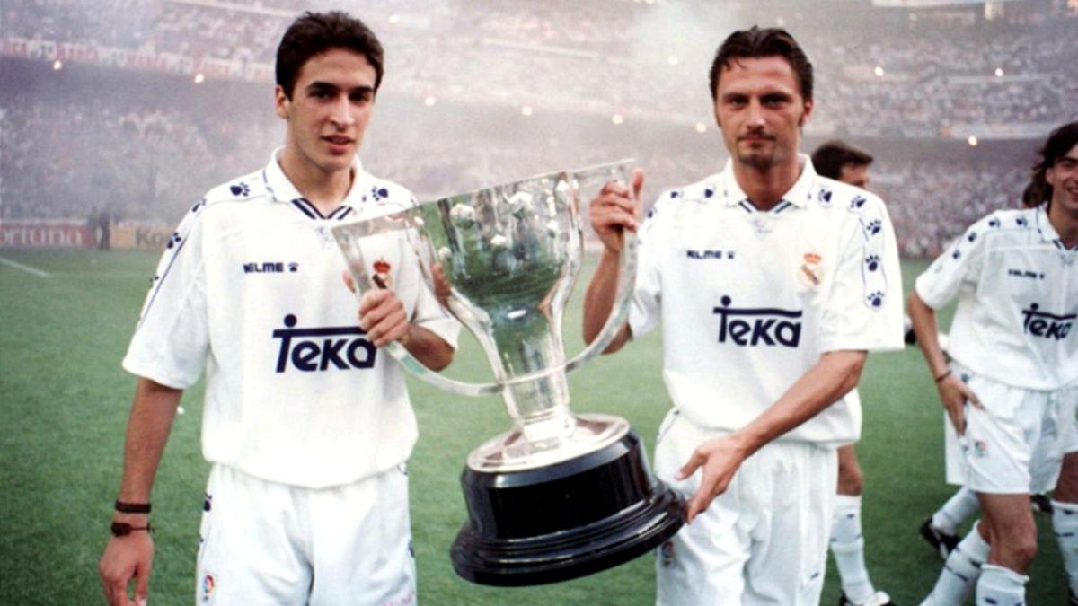 Peter Dubovsky celebra junto a Raúl la liga ganada en 1995.