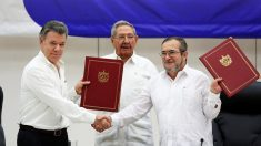 Santos, Castro y 'Timochenko' muestran el acuerdo de paz rechazado por el pueblo colombiano en votación. (Foto: Reuters)