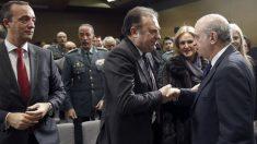 José Luis Olivera, (centro izda.), es felicitado por el ministro del Interior, Jorge Fernández Díaz tras su toma de posesión como director del Centro de Inteligencia contra el Terrorismo y el Crimen Organizado (Citco). (Foto: EFE)