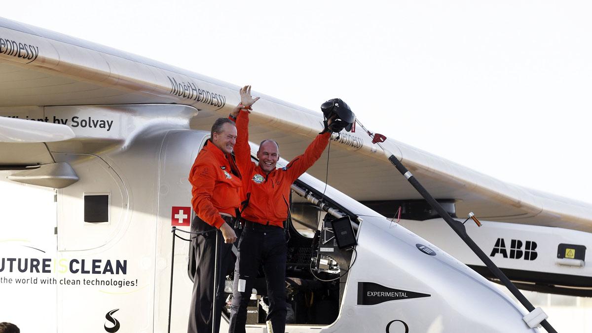 El Solar Impulse II aterriza con éxito en Sevilla. (Foto: EFE)