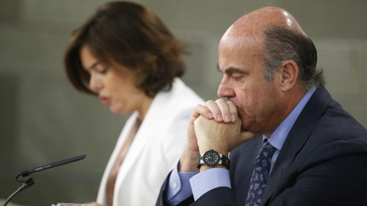 El ministro de Economía, Luis De Guindos y la vicepresidenta Soraya Sáenz de Santamaría. (Foto: EFE)