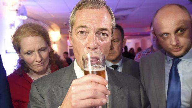 Nigel Farage siguiendo los resultados (Foto: Reuters)