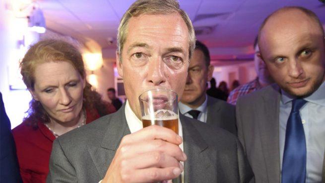 Nigel Farage es visto en la embajada alemana y no niega estar solicitando su nacionalidad