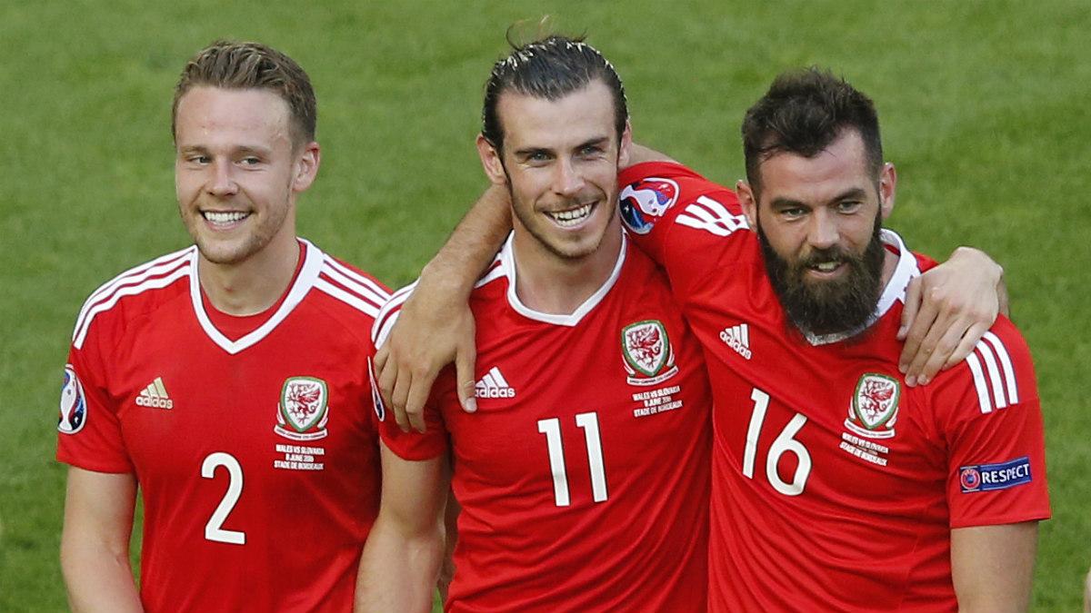 Gunter, Bale y Ledley celebran el pase a octavos de Gales. (Reuters)