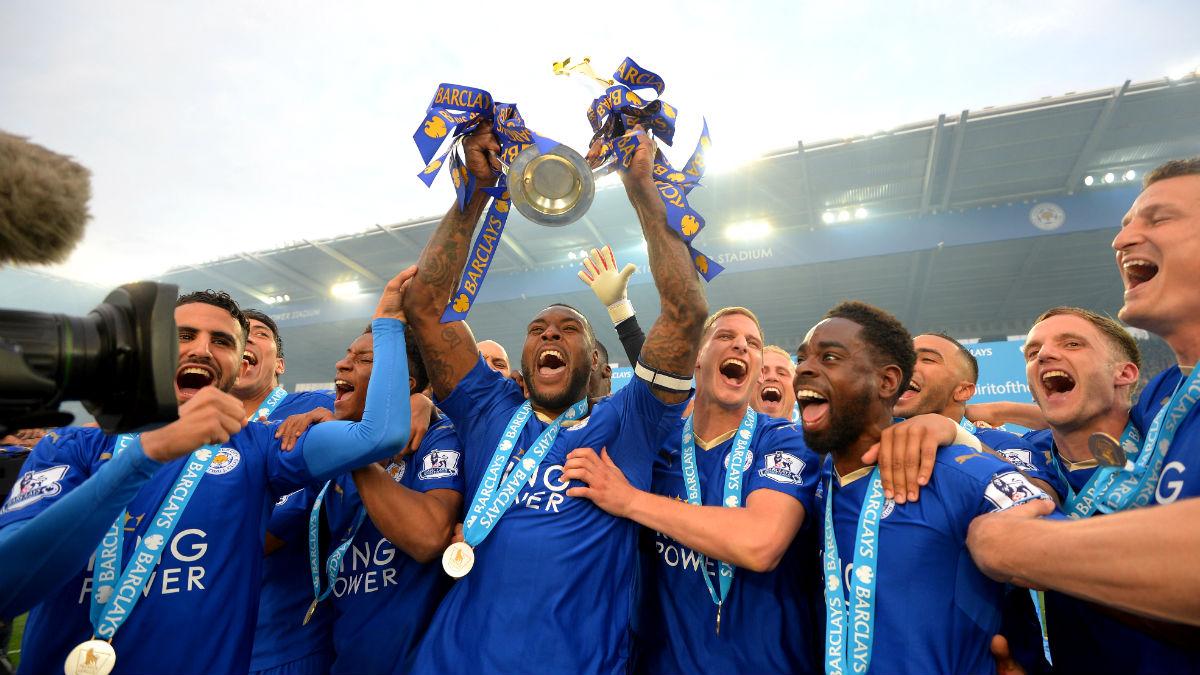 Los jugadores del Leicester levantan la Premier. (Getty)