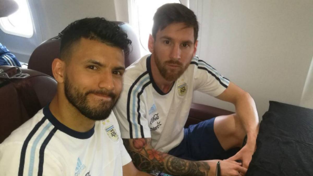 Messi y Agüero en el avión, esperando a que salga.
