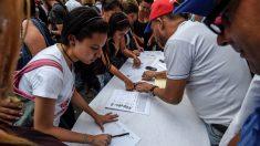 Ciudadanos de Venezuela autentifican sus firmas por el revocatorio contra Maduro (Foto: AFP)