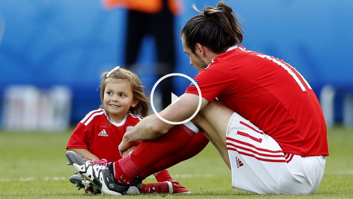 Gareth Bale juega con su hija en la celebración de Gales. (Reuters)