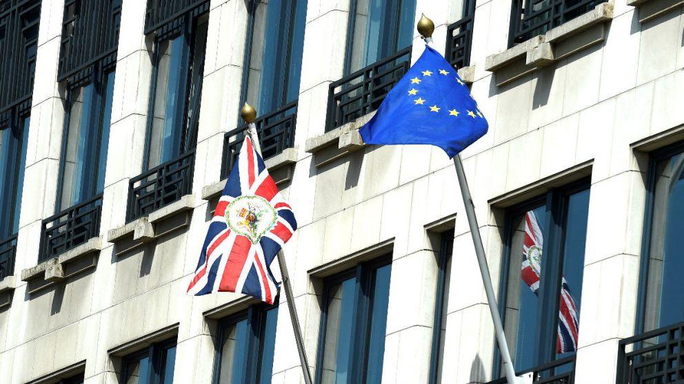 Las banderas británica y de la UE (Foto: AFP).