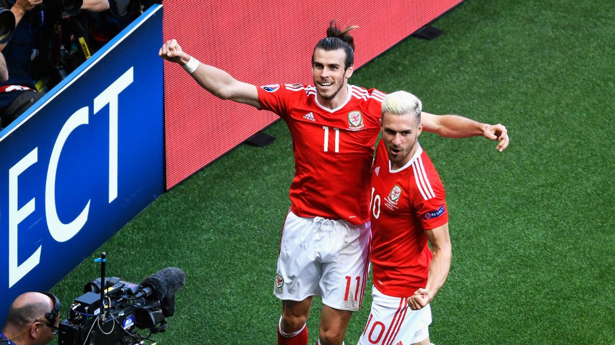Bale celebra junto a Ramsey el gol que dio el pase a cuartos. (Getty)