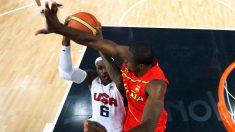 Ibaka tapona a LeBron James en los Juegos de 2012. (Getty)