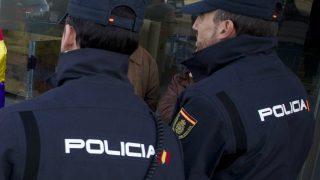 Dos agentes de la Policía Nacional. (AFP)
