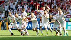 La selección de Polonia celebra su histórico pase a cuartos. (AFP)