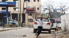 Un hombre huye de la escena del atentado en Mogadiscio (Foto: Reuters)