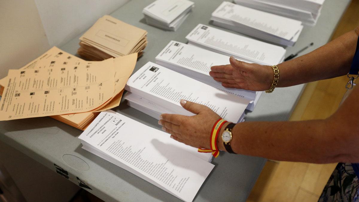 Detalle de las papeletas en el Centro Cultural Volturno (Pozuelo de Alarcón), donde ha votado Pedro Sánchez. (Foto: EFE)