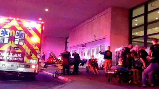 Paramédicos atienden a las personas quemadas tras caminar sobre carbones ardientes en el centro de convenciones Kay Bailey Hutchison.