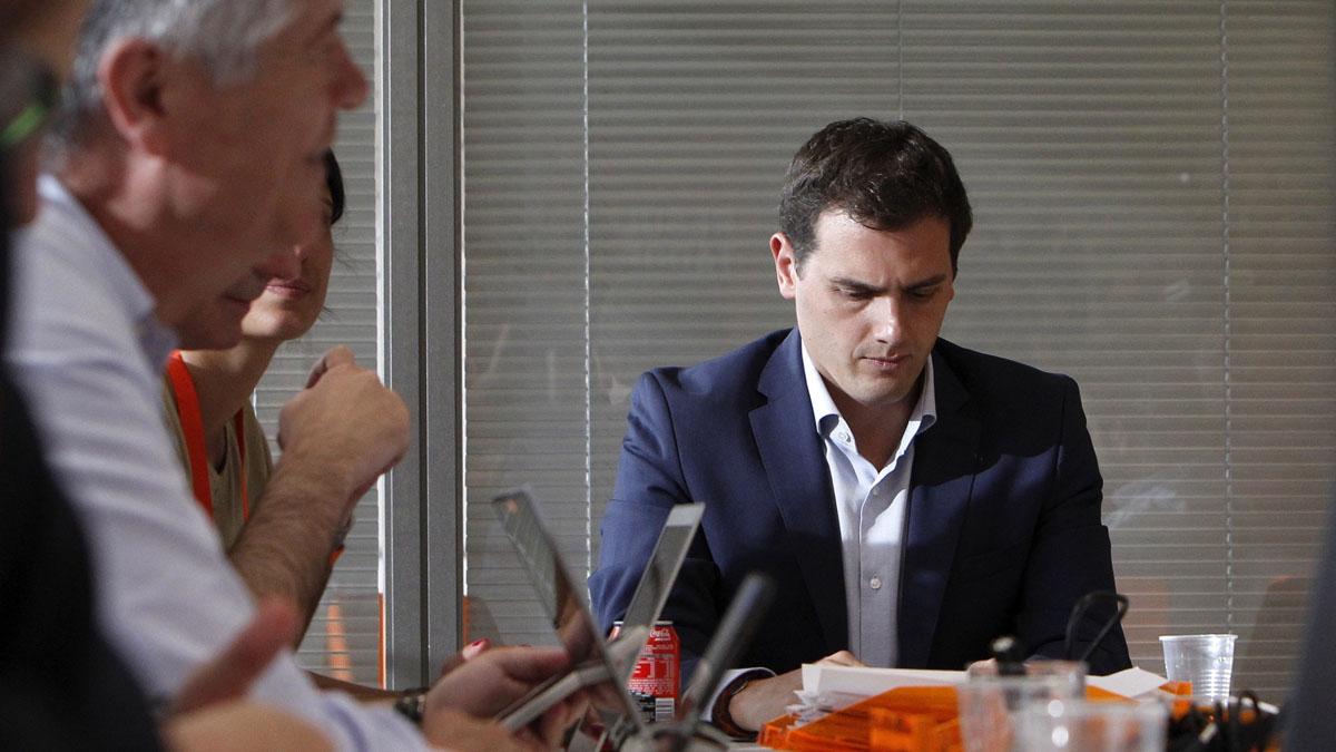 El líder de Ciudadanos, Albert Rivera, reunido en la sede de su partido con gesto de preocupación. (Foto: EFE)