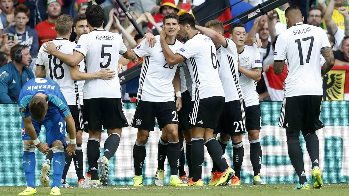 Los jugadores de Alemania celebran el gol de Mario Gómez. (Reuters)