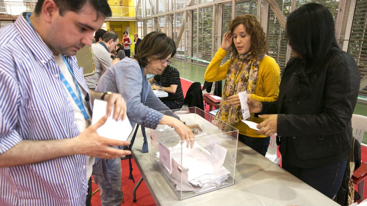 Se inicia el escrutinio en un colegio electoral de Vitoria (Foto: EFE)