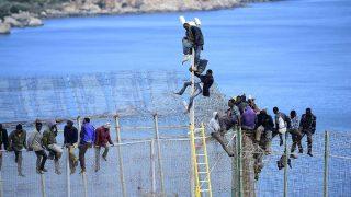 Un grupo de inmigrantes subsaharianos intentan saltar la valla que les separa de Europa. (Foto: Getty)