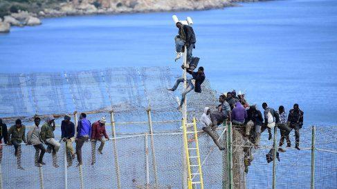 Un grupo de inmigrantes subsaharianos intentan saltar la valla en Melilla. (Foto: Getty)