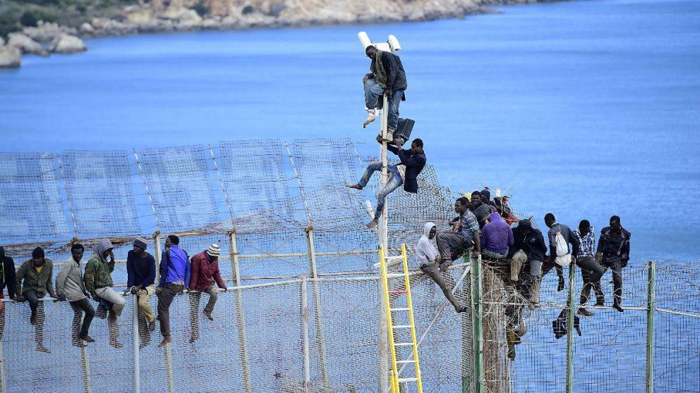 Un grupo de inmigrantes subsaharianos intentan saltar la valla de Melilla. (Foto: Getty)