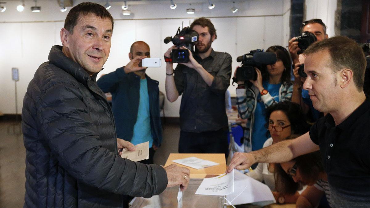 Arnaldo Otegi vota en Elgoibar. (Foto: EFE)