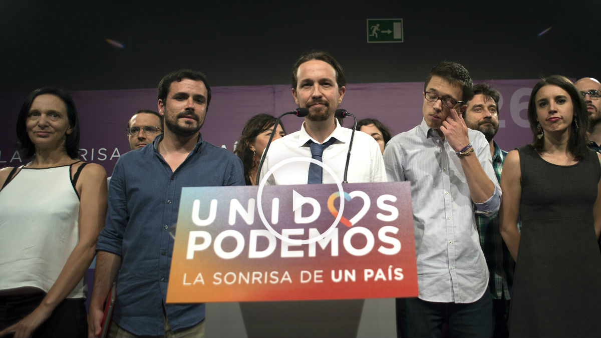Iglesias, acompañado por la plana mayor de Podemos, comparece ante los medios (Foto: AFP).