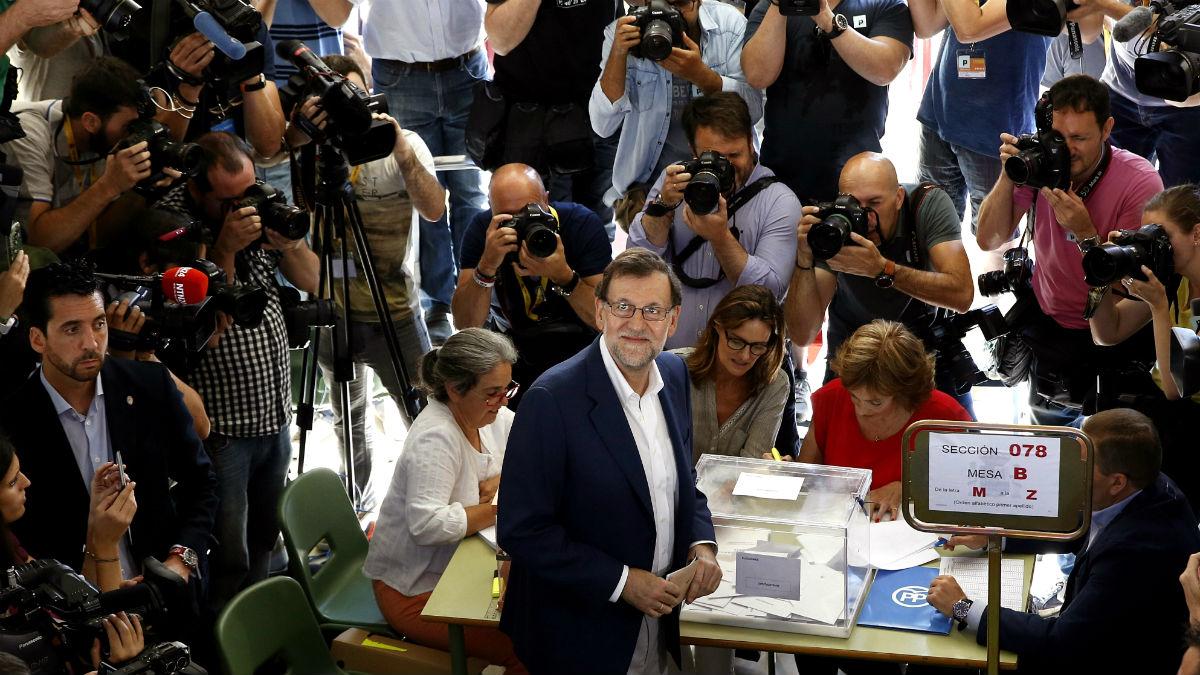 El presidente en funciones Mariano Rajoy, en su colegio electoral (Foto: EFE)