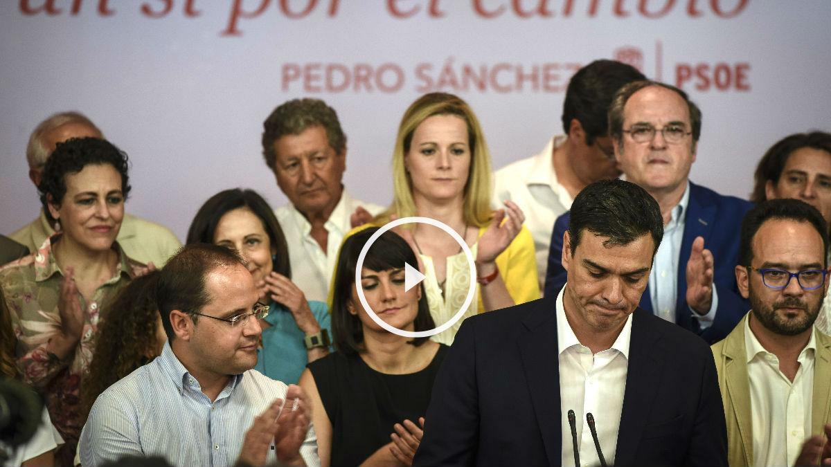 Sánchez y otros dirigentes del PSOE, en la sede de Ferraz (Foto: AFP).