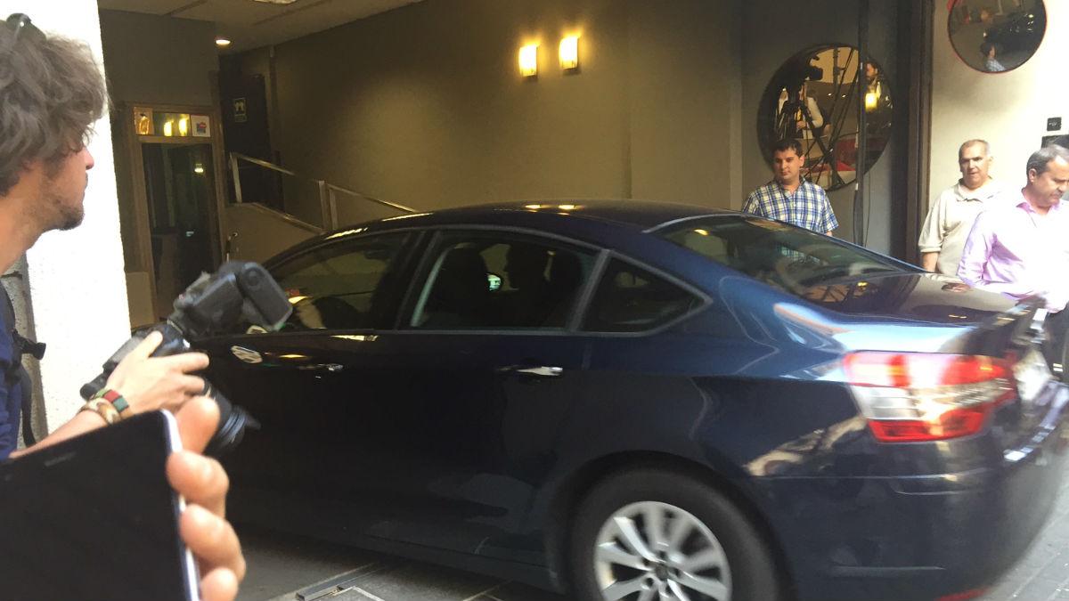 Pedro Sánchez entró en coche a Ferraz para seguir los resultados. (Foto: EFE)