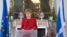 Nicola Sturgeon, ministra principal de Escocia, con las banderas escocesa y europea. Reuters
