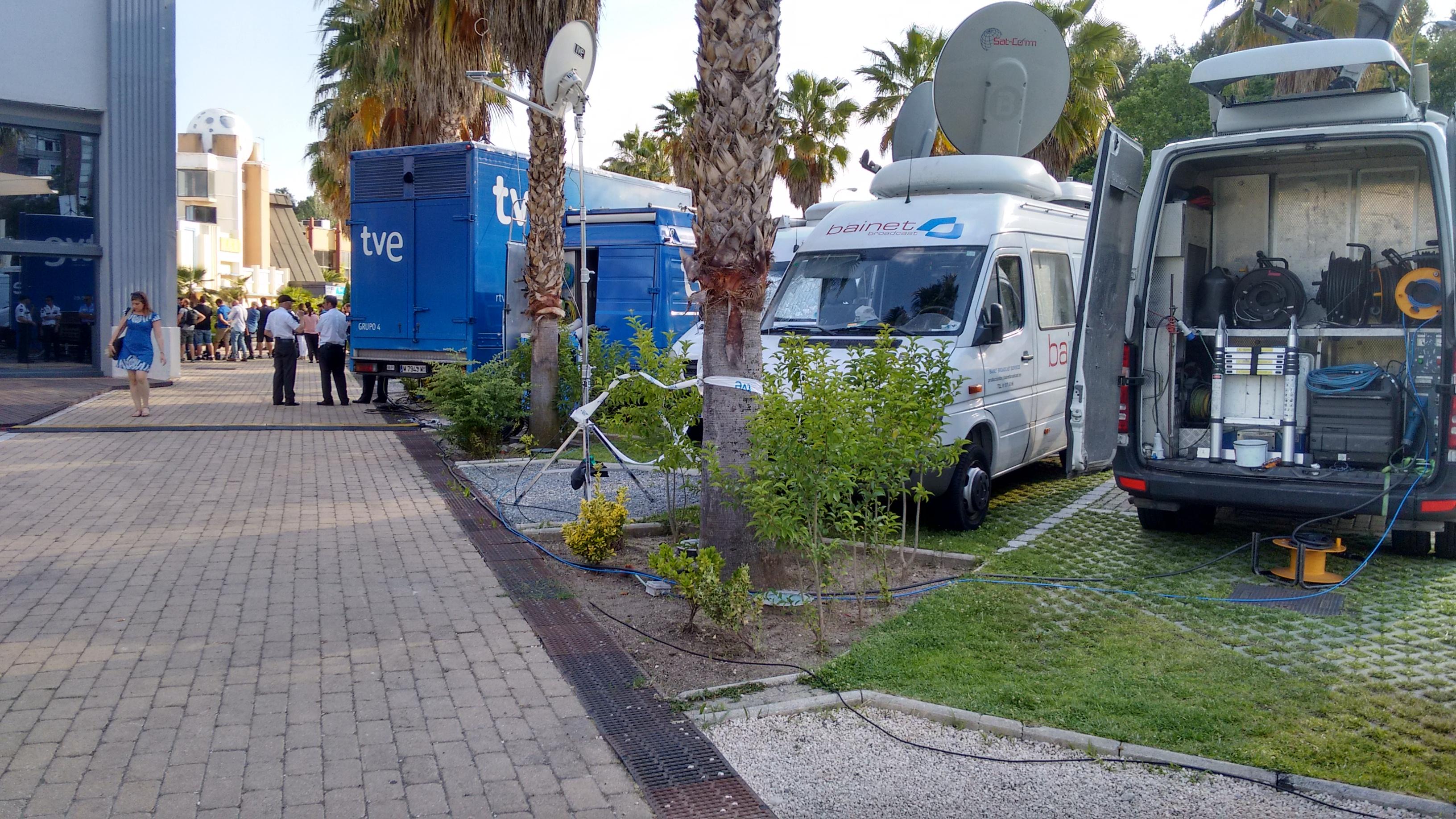 Unidades móviles de televisiones. (Foto: OKDIARIO)