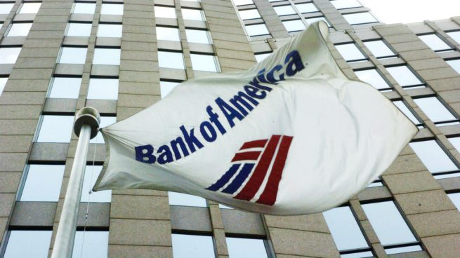 Una bandera ondea en la sede de Bank of America (Foto: GETTY).