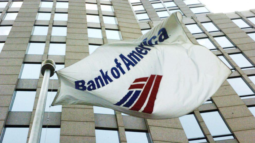 Una bandera ondea en la sede de Bank of America (Foto: GETTY).