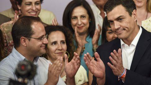 César Luena y Pedro Sánchez. (Foto: AFP)