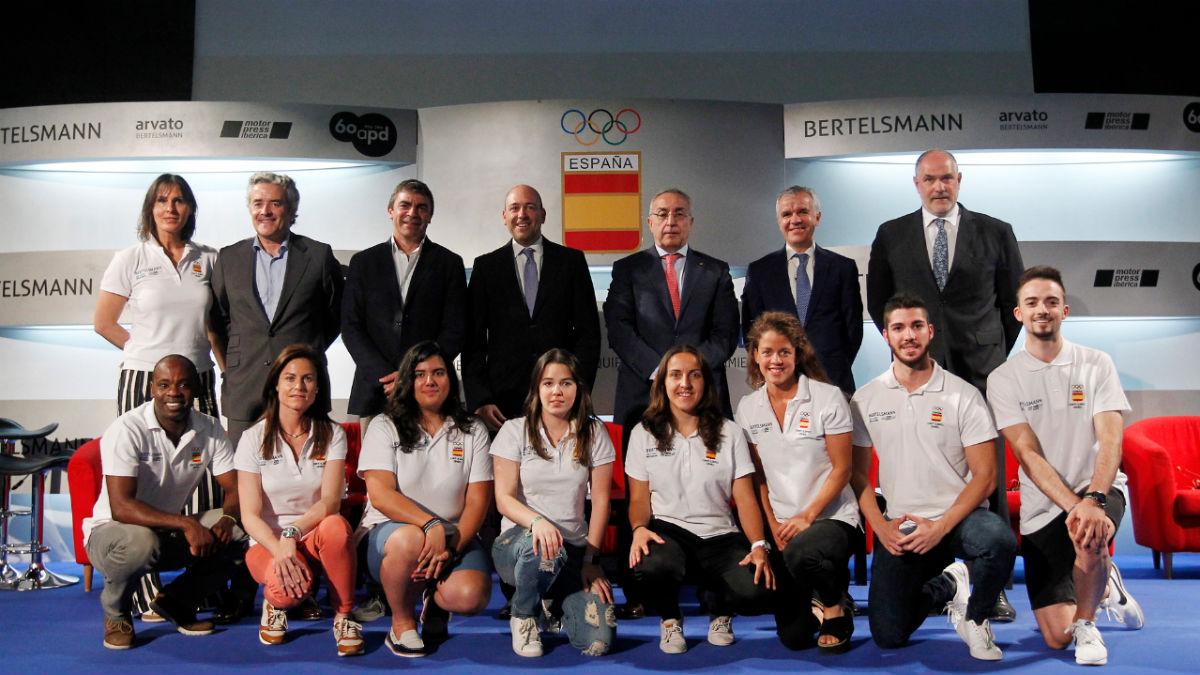 Alejandro Blanco, presidente del COE, junto a varios deportistas. (COE)