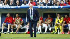 Del Bosque se lamenta durante el España-Italia. (Reuters)