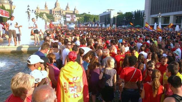 Ada Colau no pudo impedir que se vieran los octavos de la Eurocopa en pantalla gigante.
