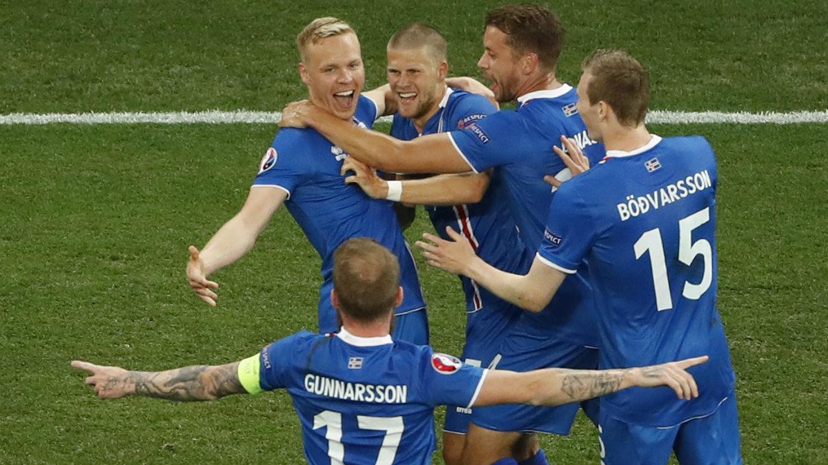 Los jugadores de Islandia celebran el gol de Sigurdsson. (Reuters)