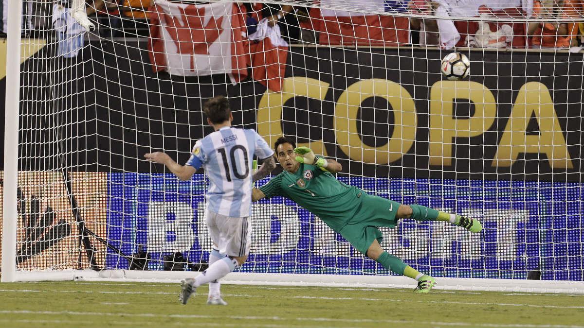 Leo Messi falla el penalti con el que Argentina pierde la Copa América. (Reuters)