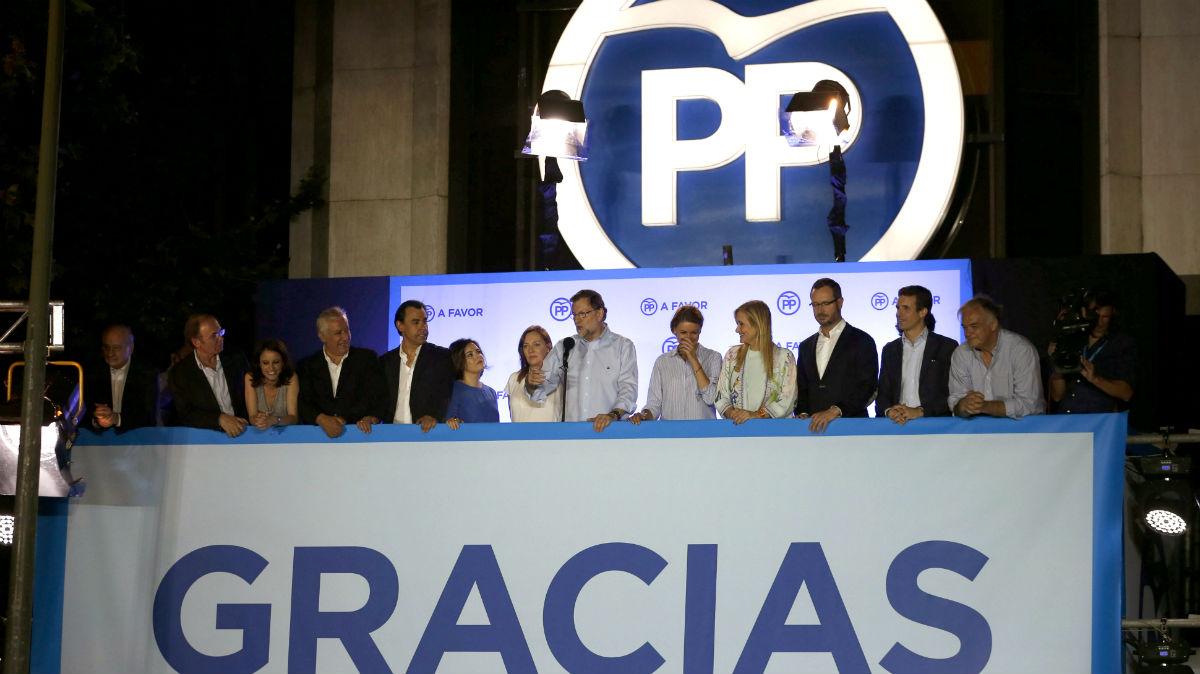 Mariano Rajoy en el balcón de la calle Génova, acompañado por la cúpula del PP (Foto: EFE)