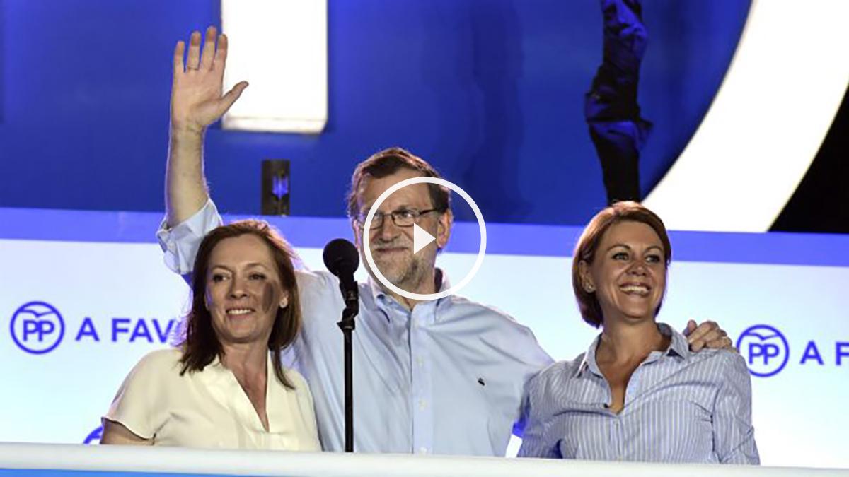Mariano Rajoy junto a su esposa y María Dolores de Cospedal, en el balcón de la calle Génova (Foto: AFP)