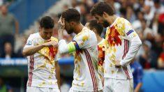 Sergio Ramos, junto a Piqué y Aduriz. (Reuters)